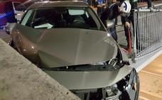 Los Bomberos de Burgos intervienen en el accidente de un turismo, que quedó a punto de caer por el puente de la Avenida de la Constitución