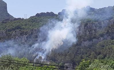 Los Servicios de Emergencia tienen el incendio en la zona del Sobrón bajo control, aunque aún no está completamente extinguido