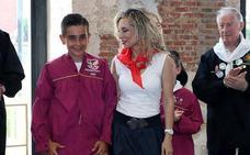 Mario García recibe la blusa del pregonero infantil por su relato 'Tierra sagrada donde yo nací'