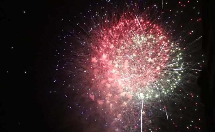 Los fuegos artificiales iluminan la noche grande de los Sampedros