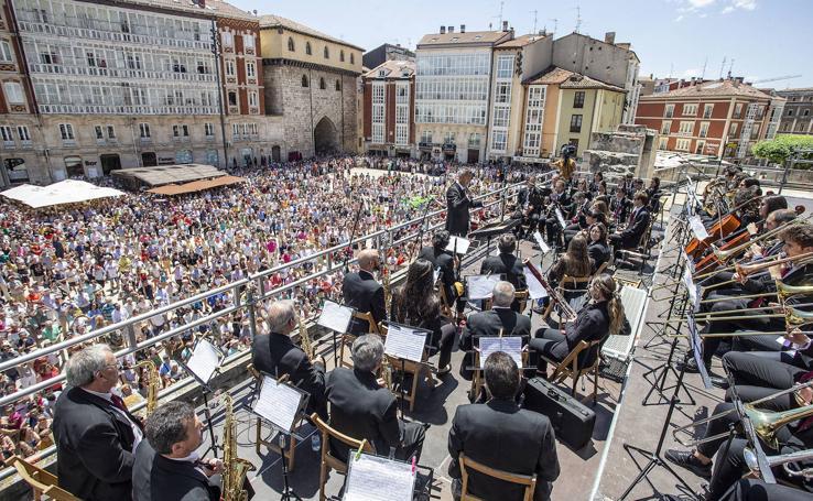 Los burgaleses viven una emotiva jornada entonando el himno de la ciudad