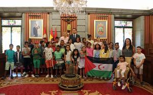 Los niños saharauis del programa 'Vacaciones en Paz' visitan el Ayuntamiento de Burgos