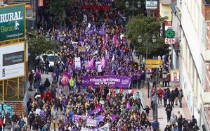 El Ayuntamiento de Ponferrada multa a dos sindicalistas por subirse a un macetero durante la manifestación del 8-M