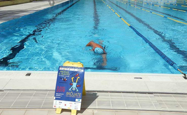 Imágenes de la campaña 'Mójate por la esclerosis múltiple' en las piscinas de 'El Plantío'