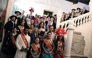 Regalos y bienvenidas en la recepción de los bailarines del Festival de Folclore en el Palacio de Castilfalé