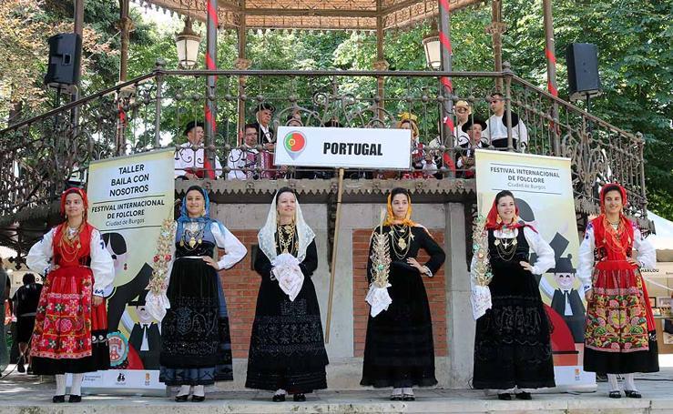 El Festival de Folclore 'Ciudad de Burgos' anima El Espolón a ritmo de danza portuguesa