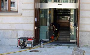 La rotura de una tubería inunda los bajos de la Diputación y paraliza sus servicios