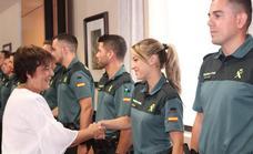 La delegada del Gobierno en Castilla y León, Mercedes Martín, da la bienvenida a policías nacionales y guardias civiles en prácticas.