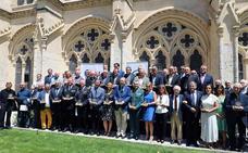 Cerca de 60 personas y entidades implicadas en la Fundación VIII Centenario reciben la escultura conmemorativa