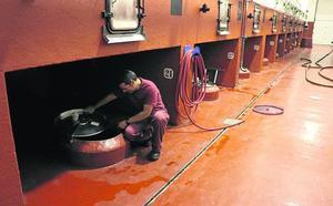 Las bodegas defienden la limpieza segura y sin productos tóxicos de los depósitos de vino