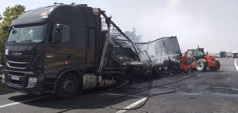 Permanece cortado un carril en la A-62 en sentido Burgos por el incendio de un camión a la altura de Villazopeque