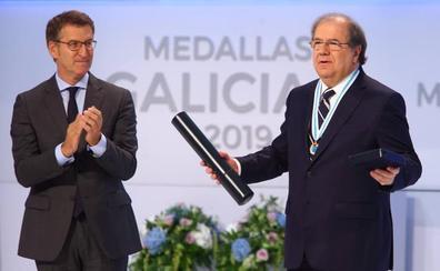 Juan Vicente Herrera subraya la «apuesta por una política que suma» al recibir la Medalla de Galicia