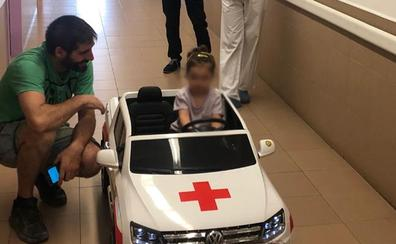 Un coche eléctrico para hacer más llevadero a los niños el trayecto hasta el quirófano en Aranda
