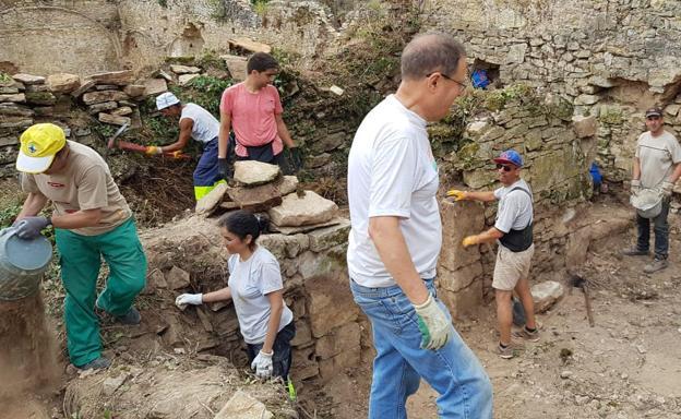 Voluntarios trabajando en labores de limpieza en el monasterio de Rioseco./Salvemos Rioseco