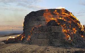 Los bomberos salen en tres ocasiones a apagar incendios, uno de ellos de pacas en Vivar del Cid