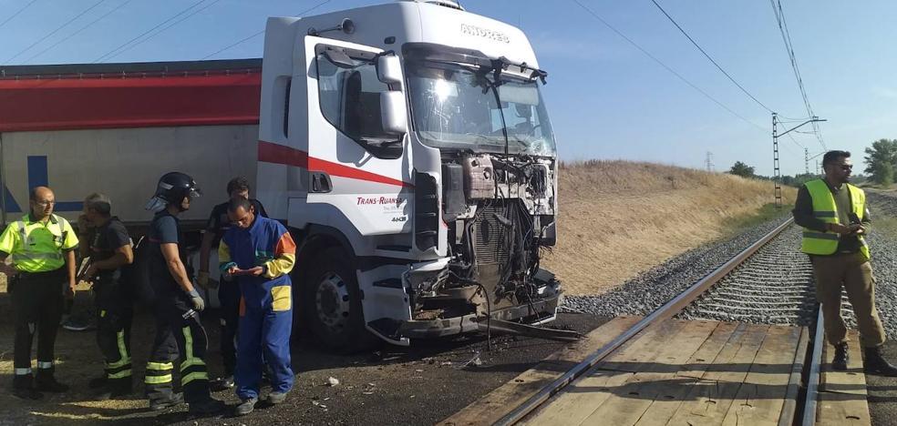 Un tren arrolla a un camión en un paso a nivel próximo a Palencia