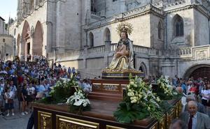 La imagen de la patrona, Santa María la Mayor, procesiona por las calles de Burgos