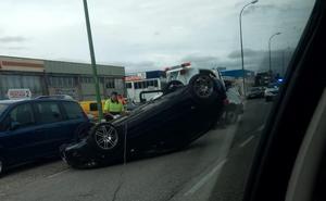 Herido un hombre de 47 años al volcar el coche que conducía en la calle Vitoria