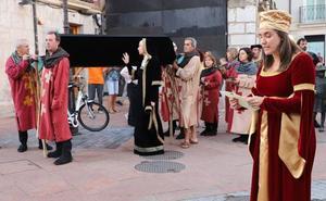 El cortejo fúnebre de Juana la Loca anuncia su llegada por las calles de Burgos