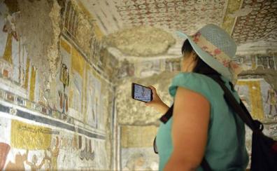 Egipto presenta las tumbas restauradas de un sacerdote y un escribano en la capital de los faraones