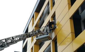 Los bomberos rescatan a una mujer en su domicilio tras una rotura de cadera