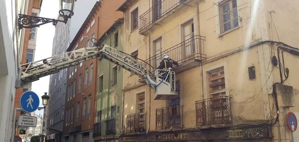 Jornada de retirada de ramas y árboles y saneamiento de fachadas para los Bomberos de Burgos