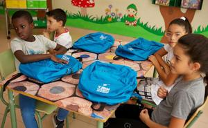 Más de 50 niños de Burgos en situación vulnerable reciben material escolar de CaixaProinfancia