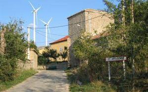 Condenan a una empresa eólica a pagar 28.182 euros a la Junta Vecinal de Ayoluengo