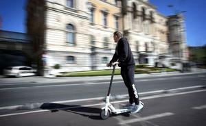 Un 10% de los conductores de bicicletas y patinetes usan el móvil cuando circulan