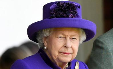 Un operario ordena a Isabel II que le traiga una taza de té