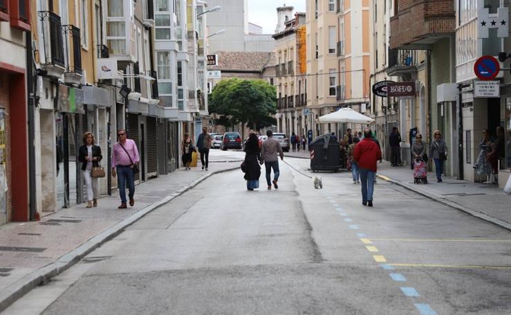 Los peatones toman la calle Santa Clara
