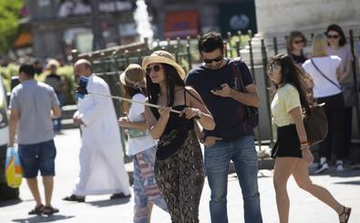Menos turistas visitan España en verano, pero con un gasto mayor