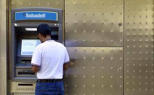 Los clientes sacan más dinero cada vez que van a su cajero habitual para evitar comisiones