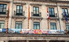 El balcón del Ayuntamiento se viste de gala por el Día de la Hispanidad