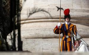 Dimite el jefe de seguridad del Papa tras las nuevas filtraciones sobre una investigación