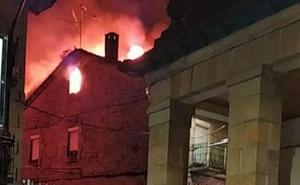 Un incendio arrasa de madrugada una vivienda en Canicosa de la Sierra