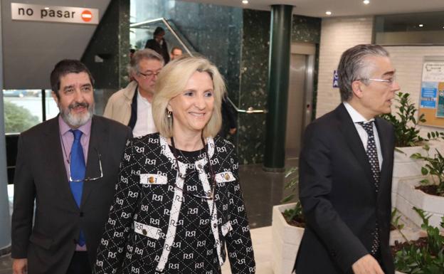La consejera de Sanidad, Verónica Casado, acompañada del gerente del Sacyl, Manuel Mitadiel, y el delegado de la Junta en Burgos, Roberto Sáiz. /GIT