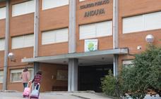 Normalidad en la entrada a clase del CEIP Anduva de Miranda de Ebro, tras el cierre de tres aulas por el coronavirus