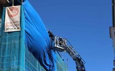 Los bomberos aseguran las lonas de un edificio en obras de La Puebla