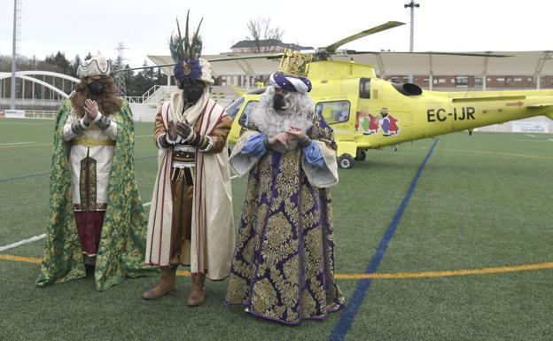 Los Reyes Magos tras aterrizar en San Amaro/Ricardo Ordóñez